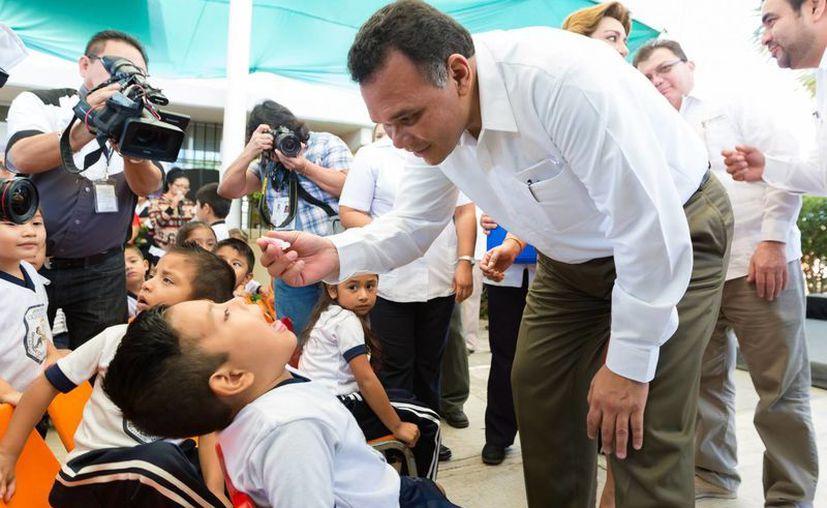 Como parte del inicio de la Semana Nacional de Salud en Yucatán, el gobernador Rolando Zapata Bello aplicó dosis a niños en el kínder Dominga Canto Pastrana. (SIPSE)