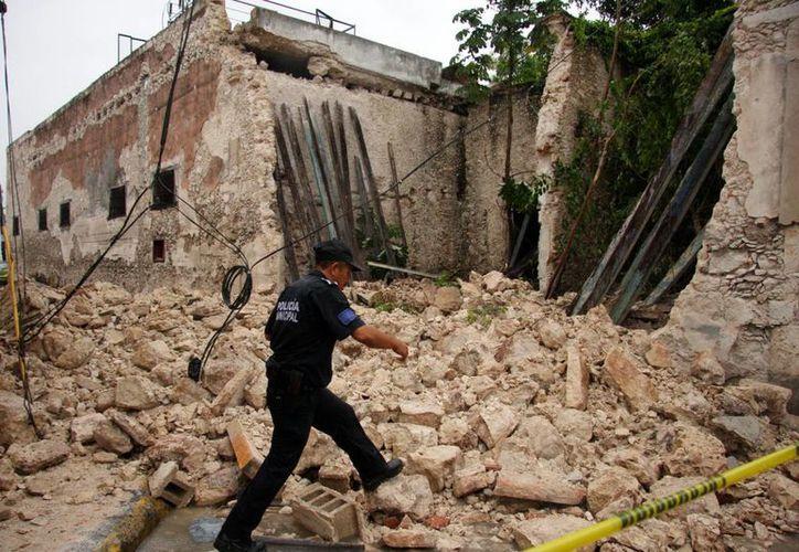 Parte de un vetusto edificio de la calle 65 entre 46 y 48 se derrumbó al reblandecerse la estructura. (Cuauhtémoc Moreno/SIPSE)