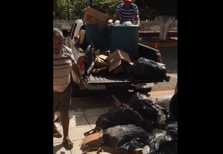 El restaurantero acusó al ayuntamiento tekaxeño de otorgar un mal servicio de basura. (Captura de pantalla de video)