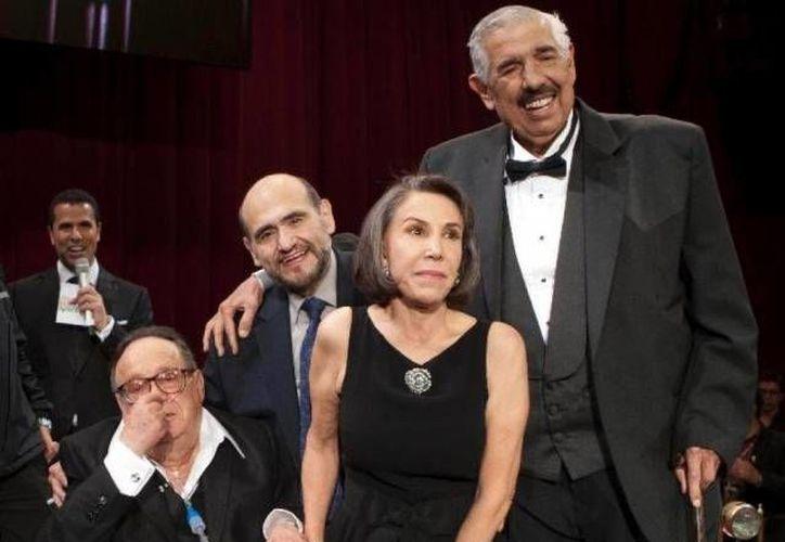 Chespirito (i) con los compañeros que lo acompañaron durante años en la serie del Chavo del 8. (Archivo/ Agencias)