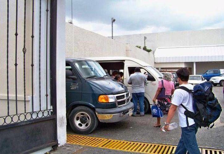 Aducen que el aumento en el costo del pasaje en combi es por el gasto en gasolina. (Archivo)