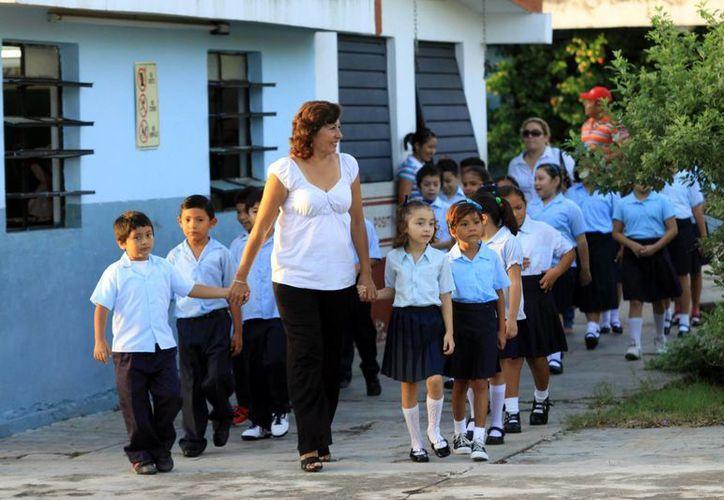 Los paquetes escolares del Gobierno del Estado incluirán también zapatos y uniformes. (Milenio Novedades)