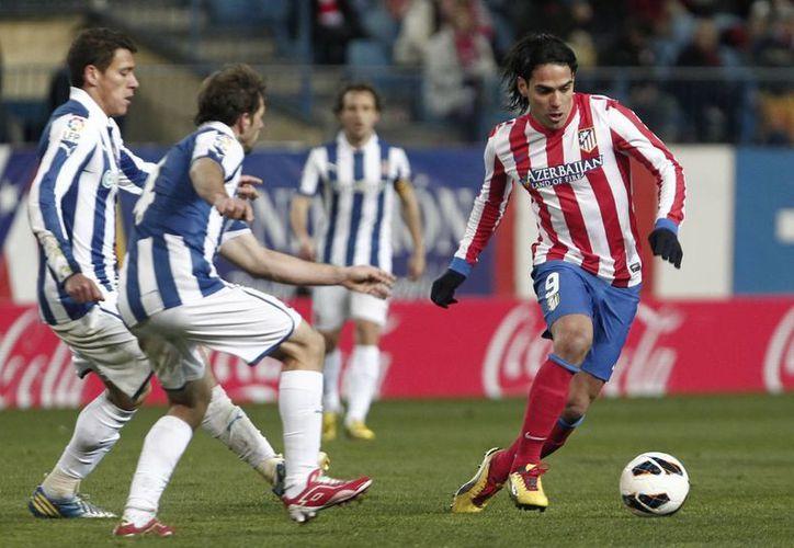 Falcao (d) devolvió los ánimos al Atlético, tras su eliminación en la Liga de Europa. (Notimex)