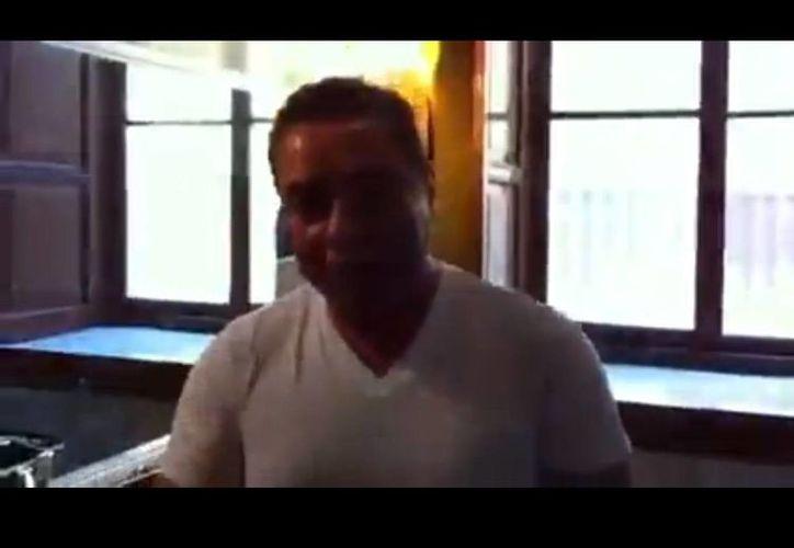El diputado Guillermo Romo se prepara a conciencia para entrar al pleno y cuidar su rostro. (YouTube)