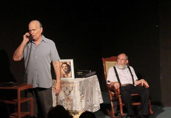 """Francisco Sobero """"Tanicho"""" y José Ramón se entregan en el escenario. (Milenio Novedades)"""