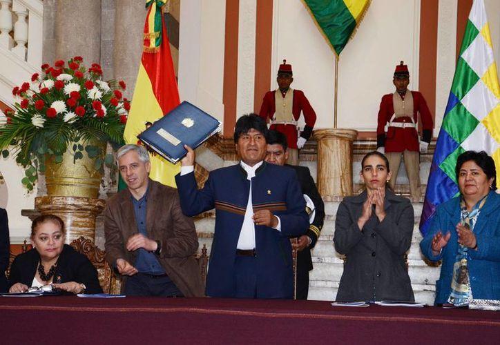 Evo Morales (c), con el vicepresidente Álvaro García (2i), y la presidenta del Senado, Gabriela Montaño (2d). (EFE/Archivo)