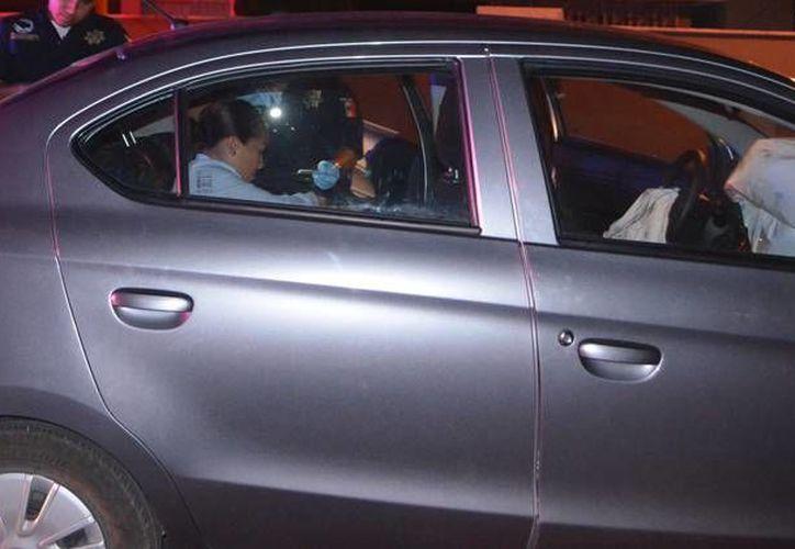 La pasajera de un automóvil que prestaba servicio de Uber resultó con crisis nerviosa debido al choque con otra unidad que también prestaba el servicio. (Carlos Navarrete/SIPSE)