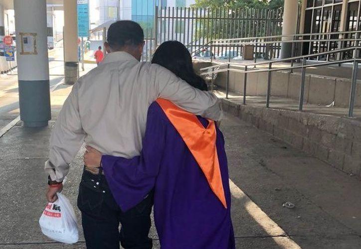 Leslie honró a su padre previo a su graduación. ( Foto: El Debate)