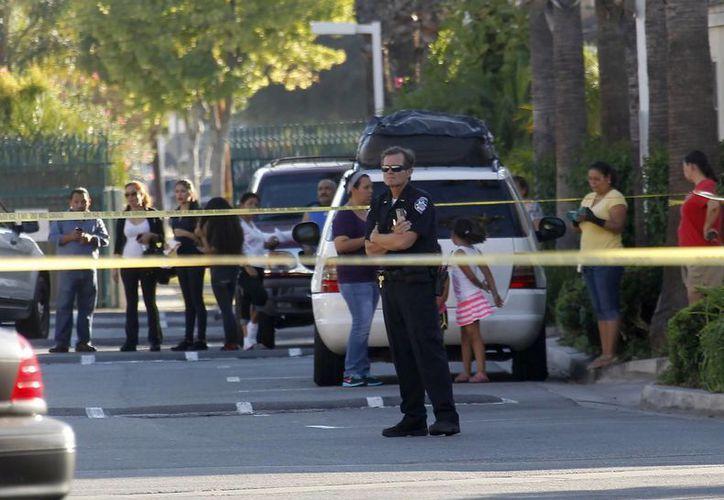 Agentes acordonaron la calle donde se encuentra el domicilio del alcalde Daniel Crespo, quien fue baleado en su domicilio de Bell Gardens este martes 30 de septiembre de 2014. (Foto: AP)