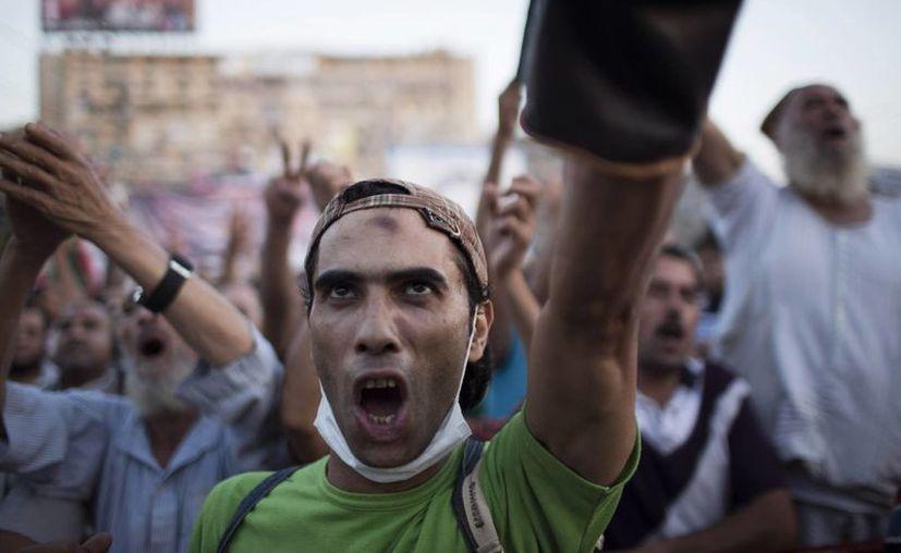 Un partidario del derrocado presidentes islamista egipcio Mohammed Morsi corea lemas contra el ejército egipcio durante una protesta en El Cairo. (Agencias)