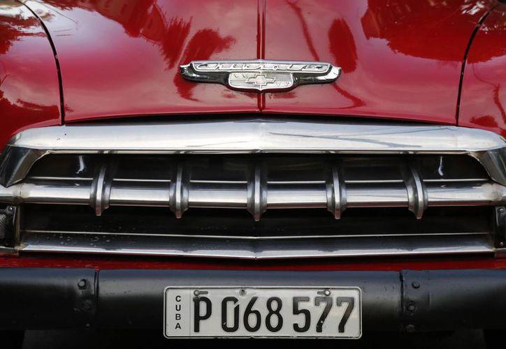 Los mecánicos cubanos utilizan, por ejemplo, piezas de trenes para reparar los antiguos vehículos que ya son un ícono de la isla. (AP)