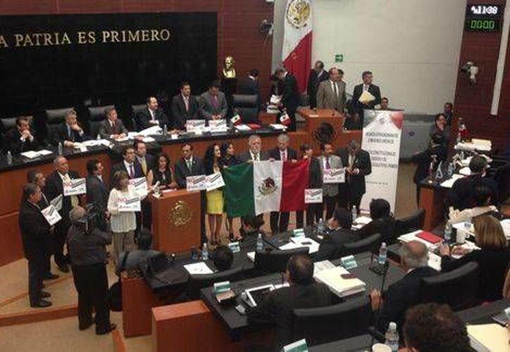 Varios perredistas, entre ellos Dolores Padierna, se pusieron a cantar el Himno Nacional en plena sesión de la Cámara de Senadores, en rechazo a la Reforma Energética. (Milenio)