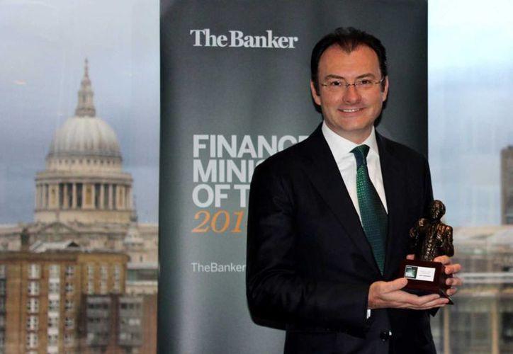 Los capitales extranjeros están llegando al país gracias a las buenas expectativas de crecimiento, afirmó Luis Videgaray, quien muestra el galardón que le dio la revista Banker. (Notimex)