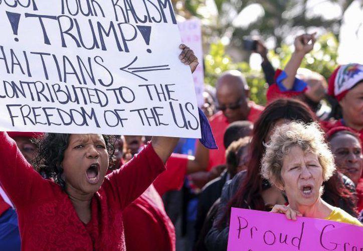 """Durante la manifestación los haitianos y partidarios gritaron: """"nuestro país no es un mierda"""". (Contexto/Internet)"""