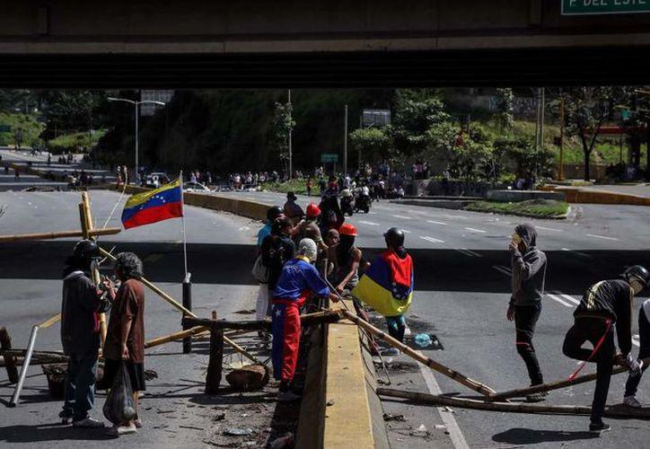La tensión en Venezuela sube de forma especial en la víspera de la votación del domingo. (AP).