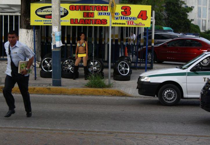 Las edecanes trabajan para un negocio que distribuye llantas de automotores. (Juan Estrada/SIPSE)