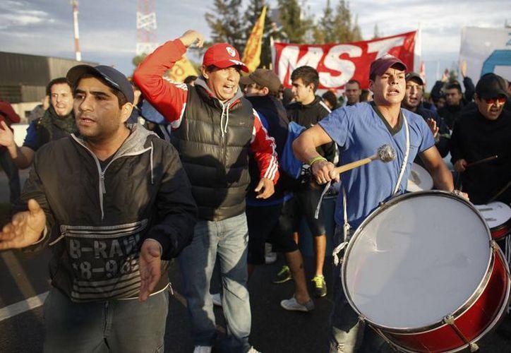 Los trabajadores argentinos exigen al gobierno de Cristina Fernández un bono de fin de año de cuatro mil pesos. (elimpulso.com)