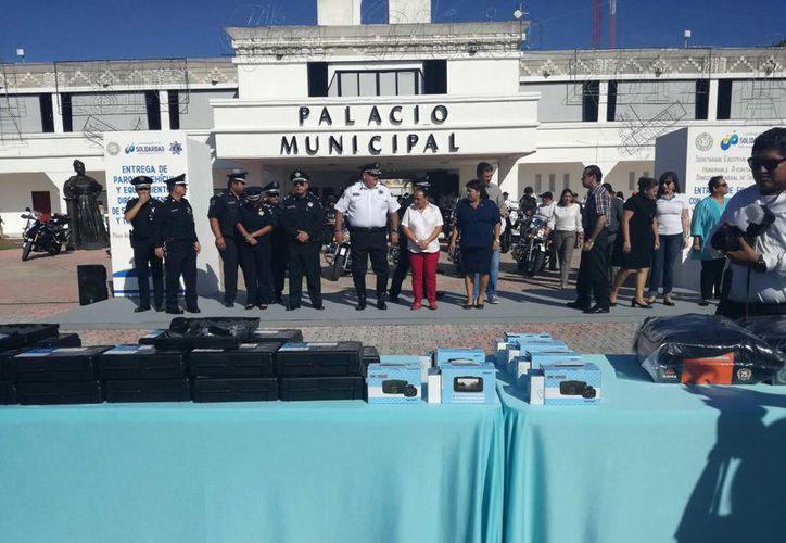 Con la entrega de equipamiento que hizo ayer a la Dirección de Seguridad Pública se tienen 40 cámaras de solapa en Policía Preventiva, 20 en la policía Turística y 20 más en Tránsito. (Adrián Barreto/SIPSE)
