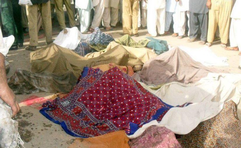 Cuerpos de los niños fallecidos en el accidente en Gujrat, Pakistán. (EFE)