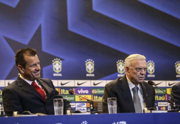 Dunga con el presidente de la Confederación Brasileña de Fútbol (CBF), José María Marín (d) en Río de Janeiro, durante la presentación del primero como nuevo entrenador de la selección de Brasil. (EFE)