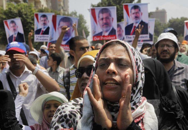 Centenares de personas agitaban banderas egipcias y coreaban consignas contra las nuevas autoridades. (Agencias)