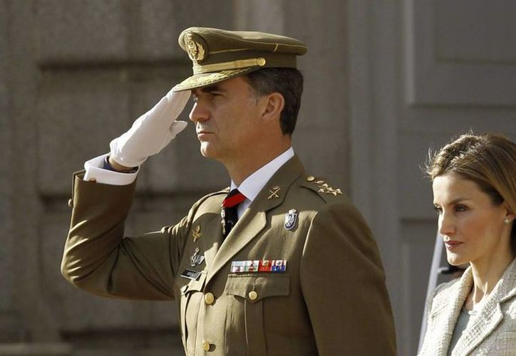 Los reyes de España durante la salutación de las Fuerzas Armadas y la Guardia Civil al rey Felipe VI, el pasado miércoles. (EFE)
