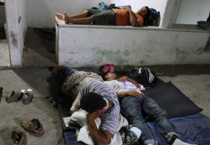 Al parecer varios migrantes hondureños se dedican a asaltar y arrojar de <i>La Bestia</i> a otros indocumentados en Veracruz. En esta foto de archivo aparecen migrantes rescatados tras un accidente. (Milenio)