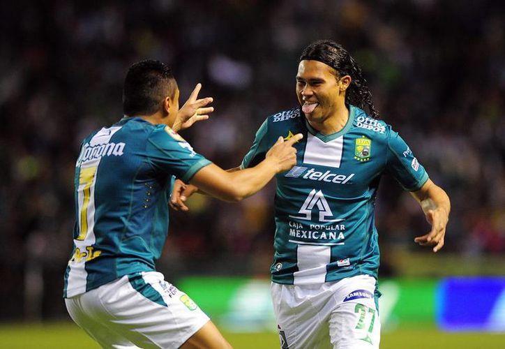 Carlos <i>Gullit</i> Peña celebra uno de los dos goles que le anotó al Altas de Guadalajara. El partido terminó 3-1 a favor del campeón.