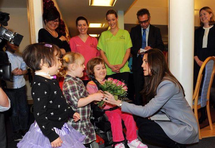 La duquesa de Cambridge es recibida por niños, pacientes y doctores del hospital Shooting Star House de Londres. (@SSChospices)