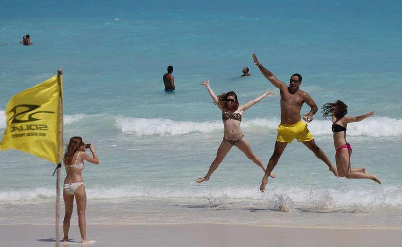 Turistas disfrutan de las playas de Cancún, en las que se espera una gran afluencia este fin de semana. (Jesús Tijerina/SIPSE)