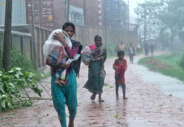 Las intensas lluvias causadas por el ciclón 'Roanu' han dejado una estela  de muerte en Bangladesh. (Efe)