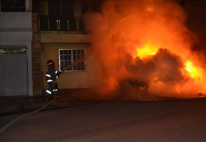 Testigo afirma que tres sujetos arrojaron una bomba molotov al vehículo. (Redacción/SIPSE)