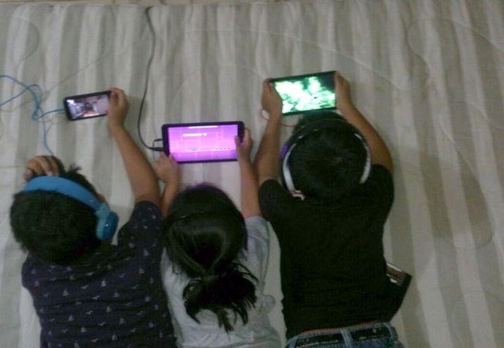"""Los padres de familia, por la llegada de las vacaciones, se ven en la """"necesidad"""" de usar dispositivos móviles para entretener a los niños, pero es un """"juego riesgoso"""", según expertos. (Milenio Novedades)"""