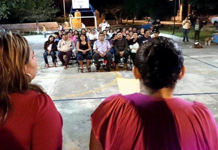 La subcomisaria de San Antonio Hool, Natividad Roa Alvarado, durante la lectura de su informe, la noche del martes 21 de enero de este año. (SIPSE)