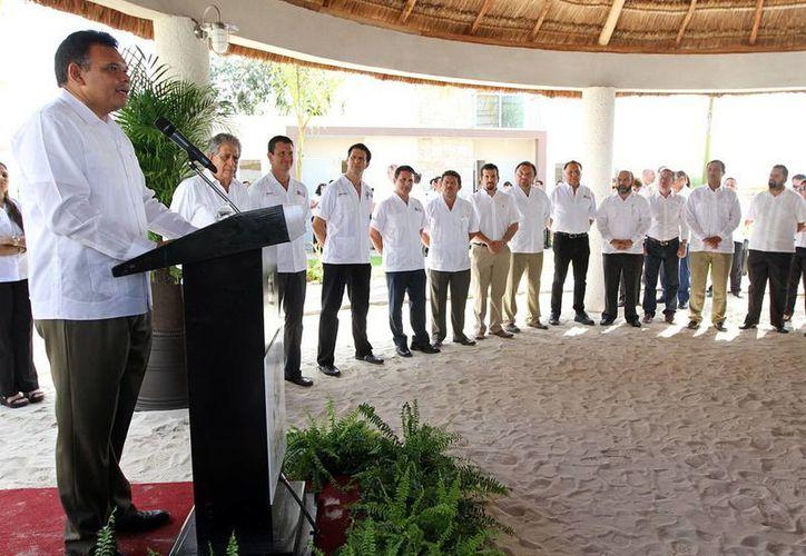 El gobernador Rolando Zapata Bello inauguró las oficinas y casas-muestra de un nuevo fraccionamiento.  (Cortesía)
