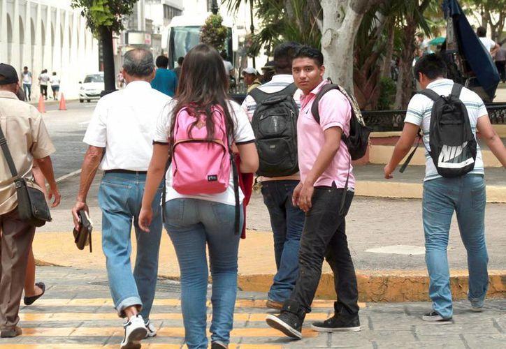 Instituciones universitarias motivan a sus estudiantes a llevar a cabo sus planes. Imagen de un grupo de estudiantes en la Plaza grande de Mérida. (Milenio Novedades)