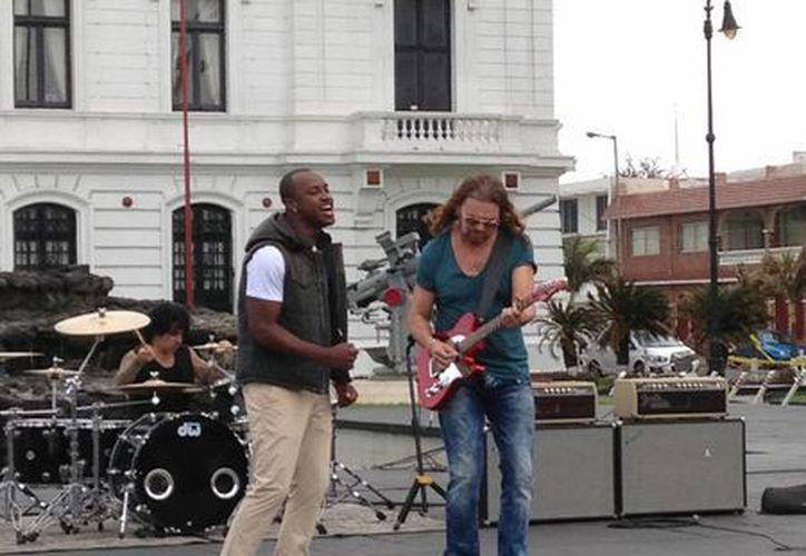 """Fer de Maná y el cantautor brasileño Thiaguinho en plena filmación del videoclip """"Labios compartidos"""". (Notimex)"""