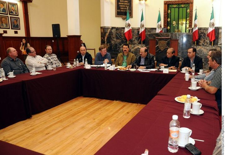 Productores menonitas del noroeste del Estado de Chihuahua se reunieron con el Gobernador César Duarte. (Agencia Reforma)