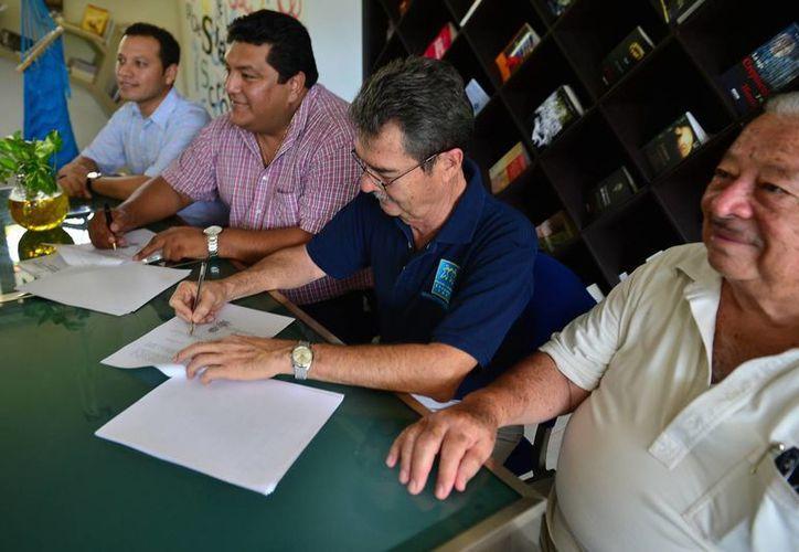 Los directivos en la firma del convenio de colaboración. (Gustavo Villegas/SIPSE)