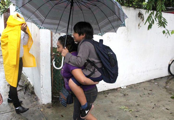 Los estudiantes que fueron a la escuela tienen riesgo de padecer enfermedades respiratorias derivadas del mal clima. (Joel Zamora/SIPSE)