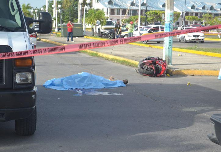 El conductor de una motocicleta perdió la vida ayer por la mañana tras chocar contra un automóvil en el centro de Chetumal. (Jorge Uc/SIPSE)