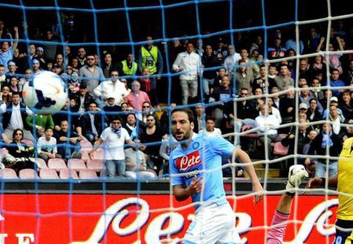 Higuaín no ha perdido la contundencia que mostró en el Real Madrid. Esta vez hizo tres goles para el Napoli. (Agencias)