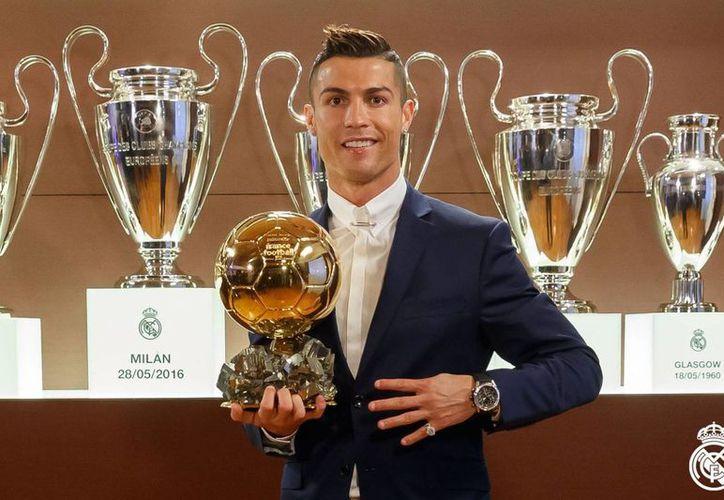 Cristiano Ronaldo ganó su 4o Balón de Oro, y se convirtió en el segundo máximo ganador del trofeo, sólo antecedido por Lionel Messi. (Facebook Real Madrid C.F.)