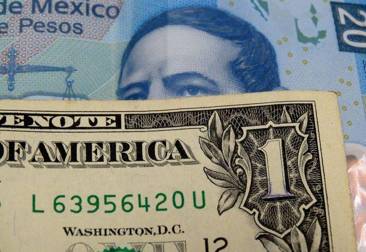 En las casas de cambio ubicadas en el AICM, el dólar estadunidense se cotiza esta mañana en 18.45 pesos. (Archivo/SIPSE.com)