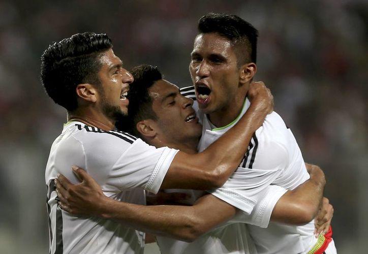 Juan Carlos 'Topo' Valenzuela (d) celebra con sus compañeros el gol que metió en el segundo tiempo y que permitió a México empatar 1-1 contra Perú en Lima previo al inicio de la Copa América. (Foto:AP)