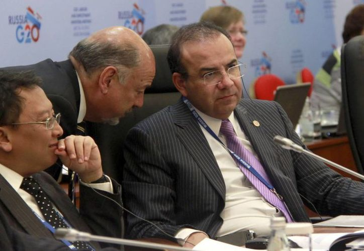 Alfonso Navarrete (d) conversa con el titular de la Unidad de Asuntos Internacionales de la Secretaría del Trabajo, José Luis Stein Velasco (c). (EFE)