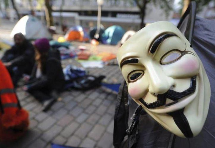 Los integrantes de Anonymous utilizan máscaras similares a la del protagonista de la película 'V de Vendetta'. (EFE/Archivo)