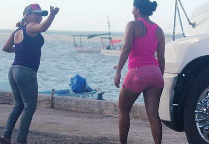 Las 'gaviotas' se acercan a la playa apenas pegan las lanchas de los pepineros. (SIPSE)