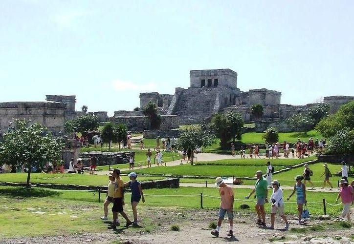 Alrededor de mil 500 turistas diariamente visitan la Zona Arqueológica en temporada baja, situación que no sucede en negocios de diferentes rubros. (Rossy López/SIPSE)