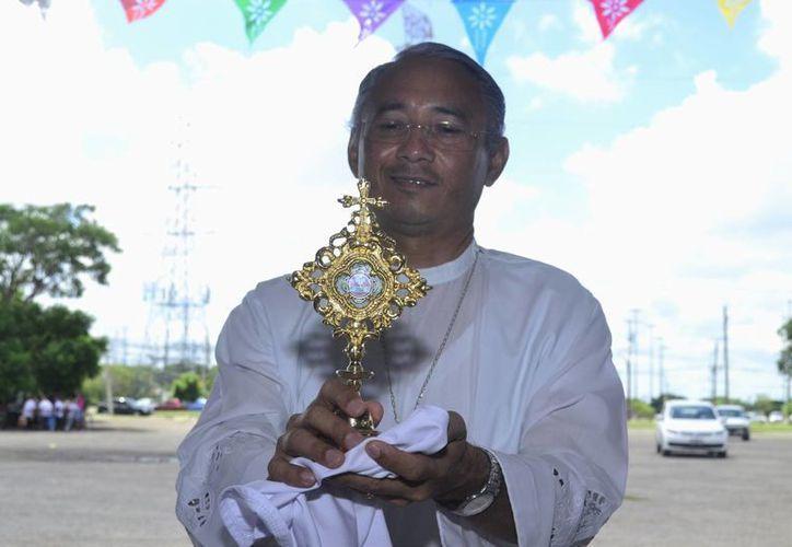 El presbítero Federico Noh Euán, de la cuasi parroquia de Santa Teresa de Calcuta, muestra la reliquia que pertenecía a la Madre Teresa, quien fue canonizada por el Papa Francisco. (Foto: SIPSE)